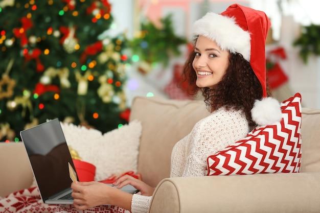 Рождество. молодая женщина, использующая ноутбук