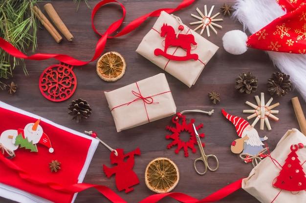 크리스마스 제로 폐기물 개념 플라스틱 없이 크래프트 종이로 만든 수제 선물 내츄럴 레드 펠트