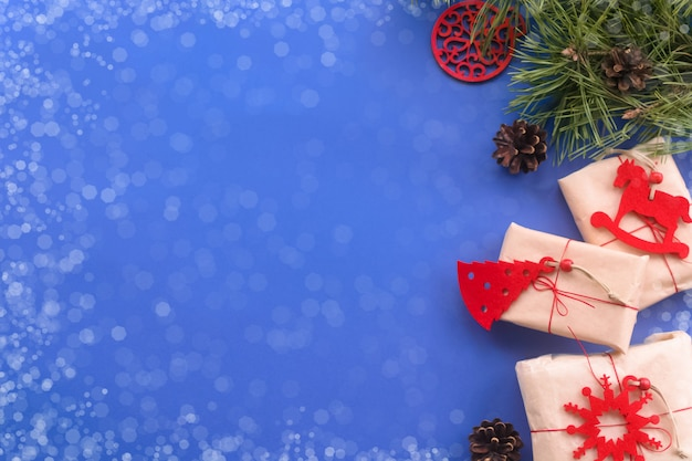 크리스마스 제로 웨이스트 컨셉 크라프트지 실과 내츄럴 레드 펠트로 만든 수제 선물