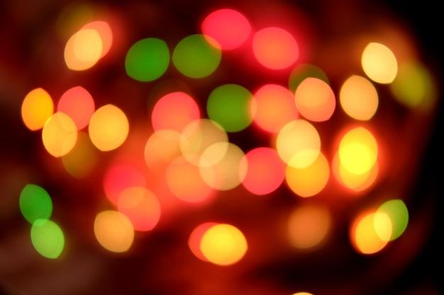 Рождественское абстрактное боке в желтых и красных тонах