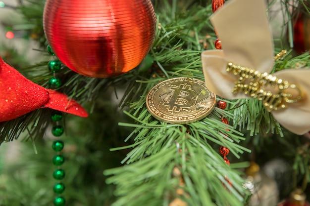 Рождественский биткойн. символическое изображение виртуальной валюты.
