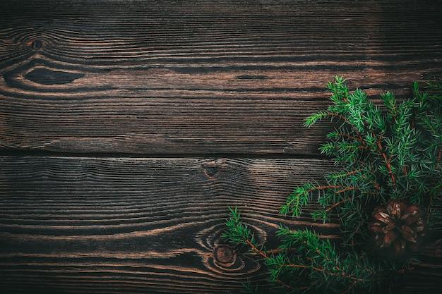 Рождественская ветка сосновая шишка на деревянных фоне
