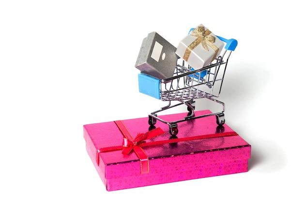 Хромированная металлическая квадратная корзина для покупок с подарком на белой поверхности