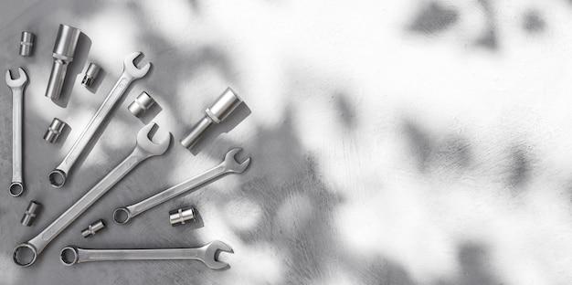 회색 테이블 상단 보기 금속 렌치에 있는 크롬 도구는 그늘이 있는 건설 및 개조용