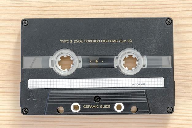 밝은 나무 배경에 크롬 유형 빈티지 오디오 카세트