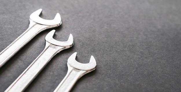 Ключи хромированные, изолированные на сером фоне. механический инструмент для обслуживания.