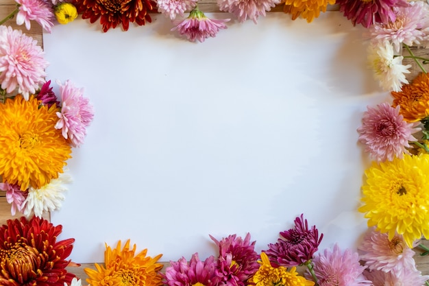 Chrysantemum秋の花束コピースペースブラン紙色カラフルなモックアップ