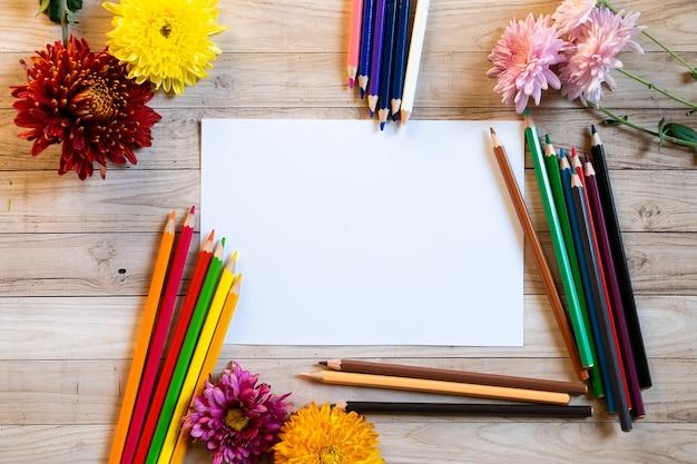 鉛筆でchrysantemum秋の花束コピースペースブラン紙色カラフルなモックアップ