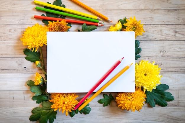 Осенний букет хризантем с карандашами копировать пространство бланк бумага цветные красочные