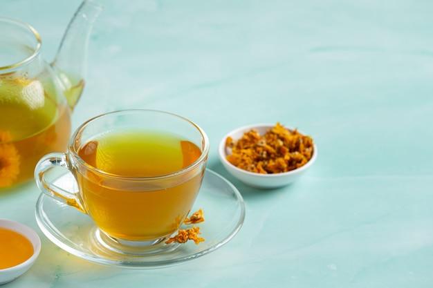 テーブルの上の菊の花茶