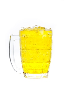 Чай хризантемы со льдом в стекле изолированном на белой предпосылке.