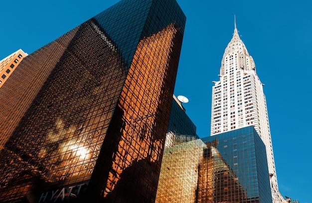 Крайслер-билдинг и современная архитектура манхэттена. манхэттен - самый густонаселенный из пяти районов нью-йорка.