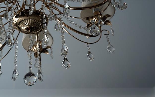 コピースペースとクリスタルシャンデリアのクローズアップの背景。シャンデリアの水晶玉の装飾