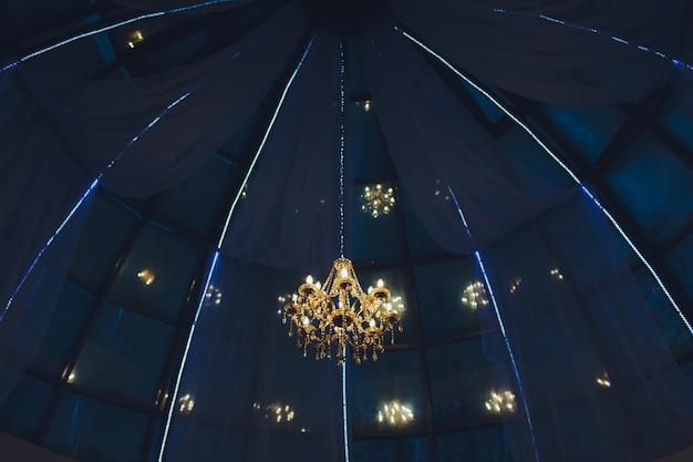 Лампа chrystal люстра на потолке в столовой регулировка изображения в роскошном тоне. декоративный элегантный винтажный и современный интерьер концепция.