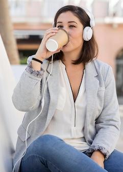 야외에서 커피를 즐기는 통통한 여자