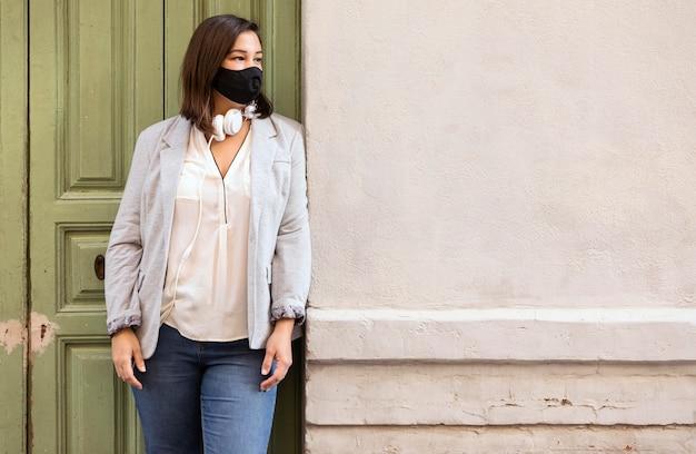 야외에서 얼굴 마스크를 쓰고 통통한 여자