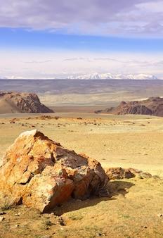 알타이 산맥의 추이 계곡 멀리 보이는 바위 절벽