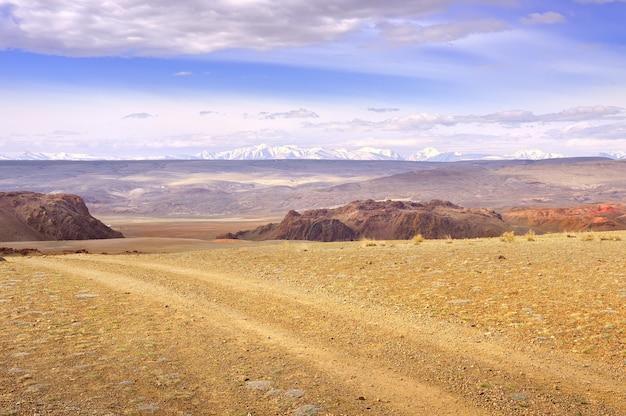 알타이 산맥의 추이 계곡 록키 절벽 자동차 트랙 t에 대한 평야