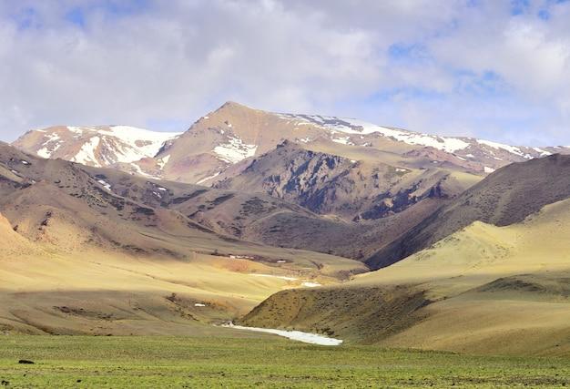 아침 햇살이 비치는 알타이 산맥의 추이 계곡 봄 대초원