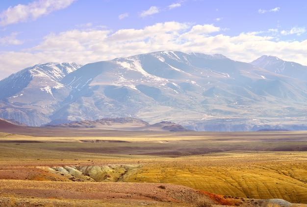 알타이 산맥의 추이 계곡이 노출된 강단구 경사면