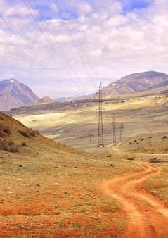 알타이 산맥의 추이 계곡 슬로프 전봇대의 물결 모양의 자동차 트랙
