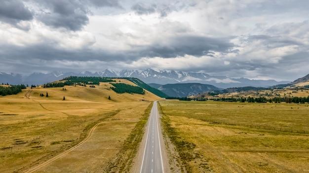 Чуйский тракт самая красивая дорога в россии удивительный вид красивого неба горный алтай.