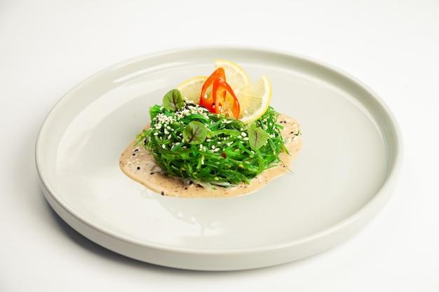 Салат чука на тарелке.