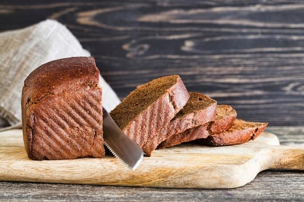 ライ麦粉から作られた暗いパンの塊、食べ物のクローズアップ