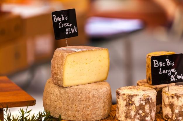 地元のフランス市場でのさまざまなチーズの塊