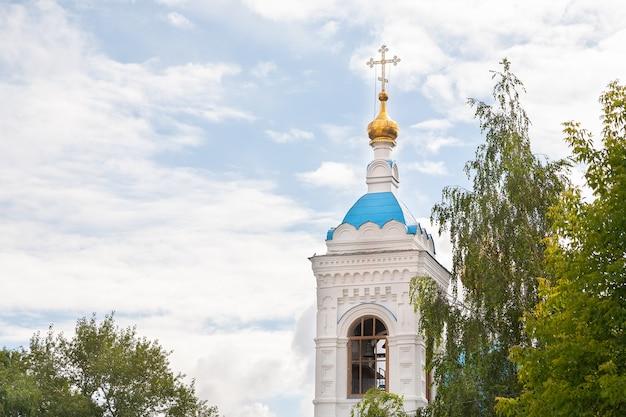 Церковная колокольня с золотым куполом и крестом