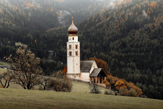 Церковь у леса в италии