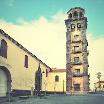 Церковь де ла консепсьон с наклонной колокольней в сан-кристобаль-де-ла-лагуна, тенерифе. ретро стиль отфильтрован