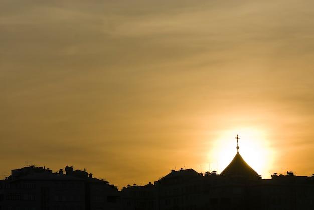 석양 빛에 교회 돔