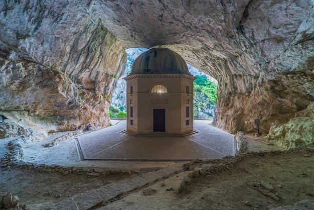 Церковь внутри пещеры известное место назначения путешествия в италии. храм валадье, впечатляющая восьмиугольная часовня с живописным фоном.