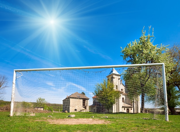 Церковь благовещения пресвятой богородицы (село сидоров, тернопольская область, украина, построена в 1726-1730 годах) и футбольные ворота.