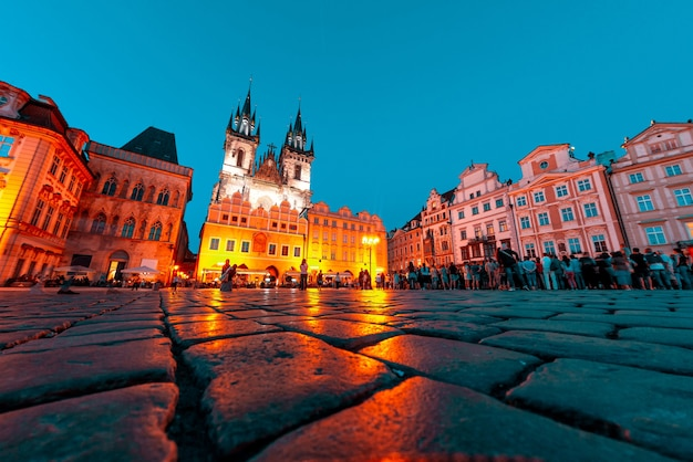 夜の旧市街広場にあるティンの前の聖母教会プラハチェコ共和国