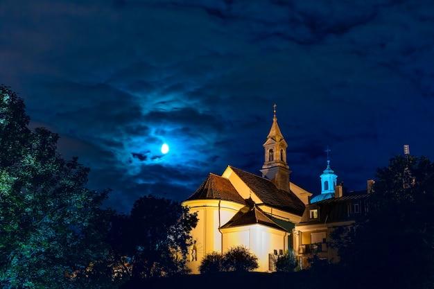 Церковь святого бенсона в новом городе варшавы в лунную ночь, старый город варшавы