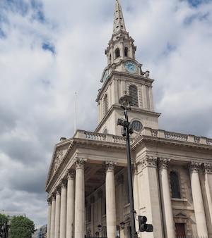 영국 런던 트라팔가 광장의 들판에 있는 세인트 마틴 교회