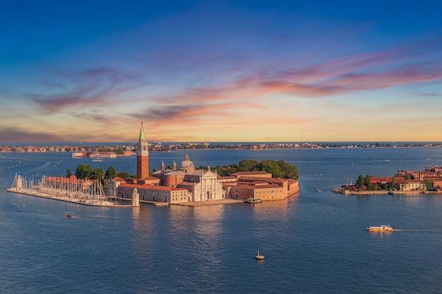 イタリア、ヴェネツィアの日没時に運河に囲まれたサンジョルジョマッジョーレ教会