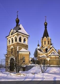 春の地域の聖アンドリュー教会朝ピンクの明るいロシア風の十字架がドームに