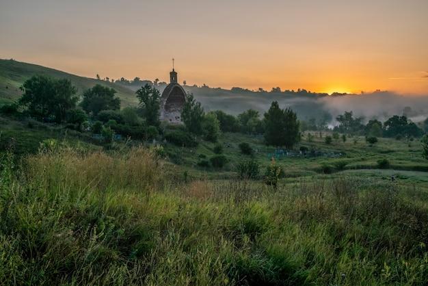 大天使の教会ミハイル霧の朝コチェルギンカ村トゥーラ地域ロシア Premium写真