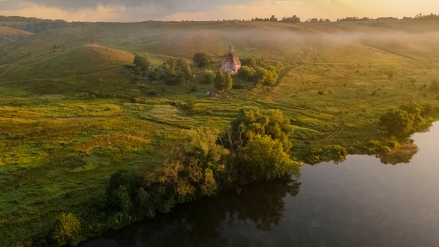 大天使ミハイル川の教会美しいメカ霧の朝コチェルギンカ村ロシア