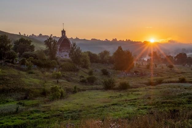 光線のある大天使ミハイル太陽の教会霧の朝コチェルギンカ村ロシア