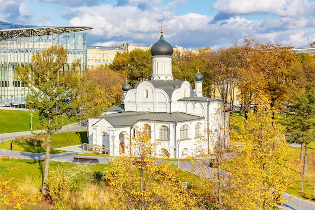 晴れた秋の日にモスクワの歴史的中心部の堀の隅にある聖アンナの概念の教会