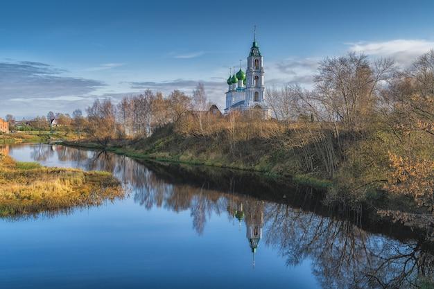 Церковь святой троицы в селе диево городище. раннее хмурое утро на берегу реки волги в ярославской области, россия.