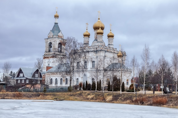 モスクワのジェスティレヴォドミトロフ地区で最も神聖な神の母の執り成しの教会