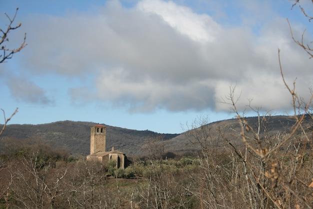 참나무 숲 한가운데있는 garguera de la vera 마을의 교회. 교회에.