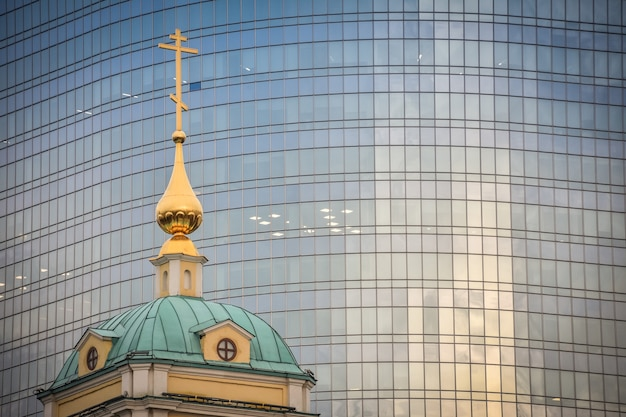 사무실 건물의 배경에 변형의 교회