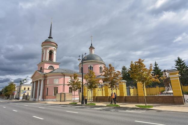 거리에 모스크바에서 회색 하늘 배경에 교회