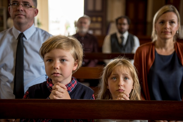 教会の人々は信仰を信じている